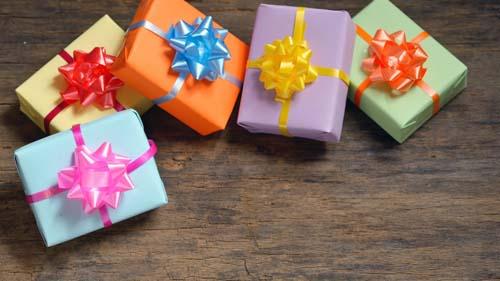 Как необычно преподнести подарок девушке