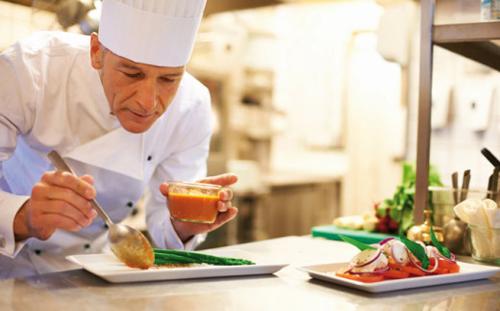 шеф повар готовит блюда