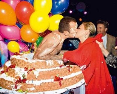 мужчина поздравляет женщину из торта