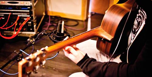игра на гитаре в студии