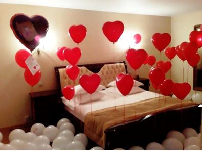 украшенная шариками комната