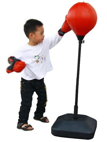 мальчик бъёт боксерскую грушу