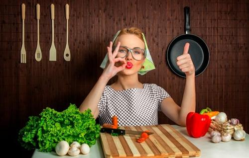 хозяйственная жена на кухне