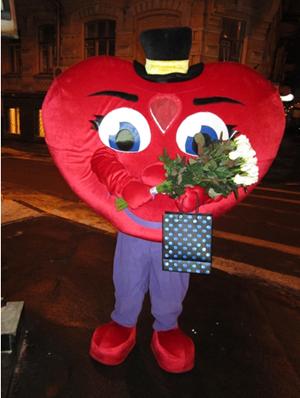 человек в костюме сердца