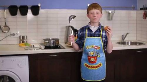 мамин помощник на кухне