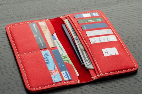 красный кошелек с деньгами