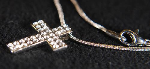 золотой крестик с драгоценными камнями