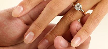 обручальное кольцо на пальце девушке