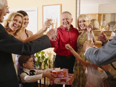 гости отмечают 50 лет мужа дома