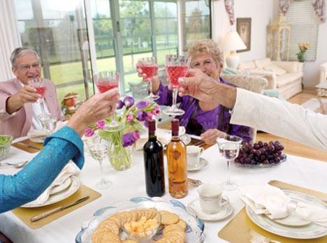 празднование свадьбы за столом